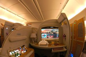 1024px-Emirates_Boeing_777-200LR_First_Class_Suite